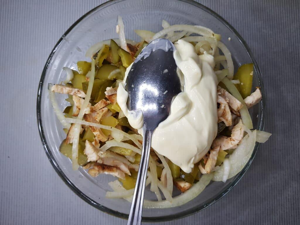 Фото рецепта - Салат с куриной грудкой и маринованными огурцами - шаг 6