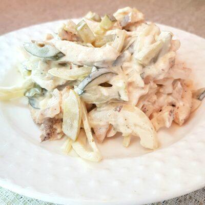 Салат с куриной грудкой и маринованными огурцами - рецепт с фото