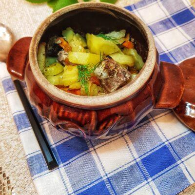Свинина с овощами в горшочках - рецепт с фото