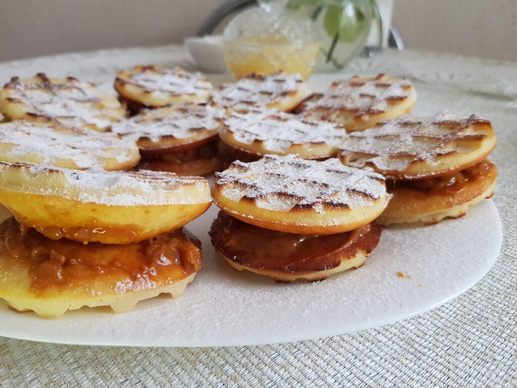 Фото рецепта - Ароматные вафли с вареной сгущёнкой в духовке - шаг 6