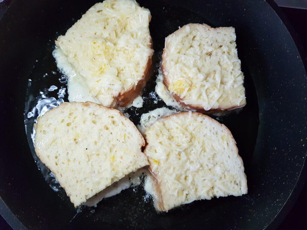 Фото рецепта - Гренки из белого хлеба с моцареллой на завтрак - шаг 6