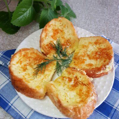 Гренки из белого хлеба с моцареллой на завтрак - рецепт с фото