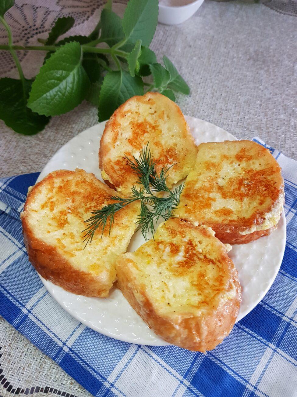 Гренки из белого хлеба с моцареллой на завтрак