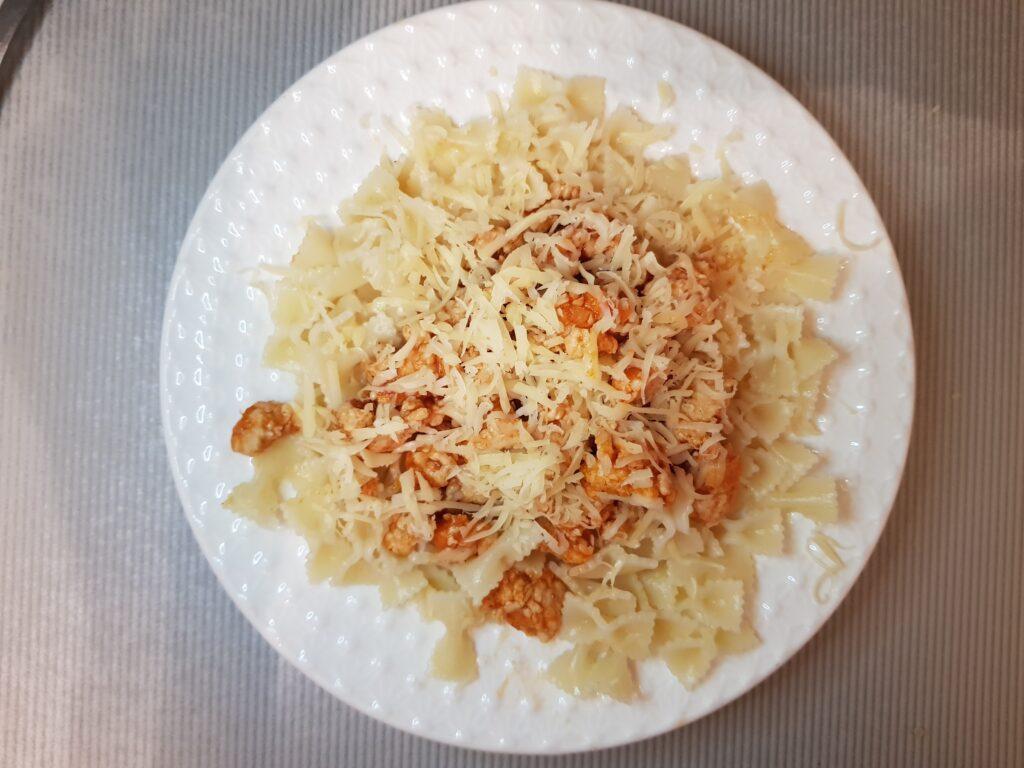 Фото рецепта - Паста фарфаллине с куриным фаршем и сыром - шаг 5