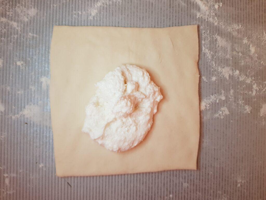Фото рецепта - Слойки из слоеного дрожжевого теста с творогом - шаг 4