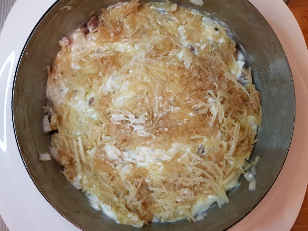 Фото рецепта - Селёдка под шубой с зеленым яблоком - шаг 3