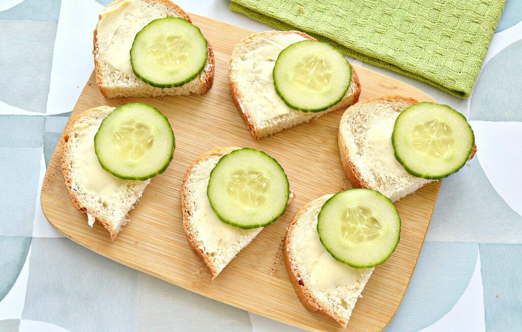 Фото рецепта - Бутерброды с сельдью, лимоном, огурцом - шаг 3