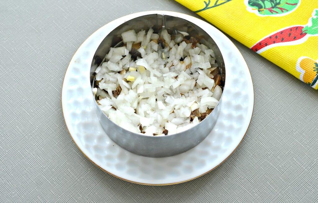"""Фото рецепта - Слоёный рыбный салат """"Шпроты под шубой"""" - шаг 3"""