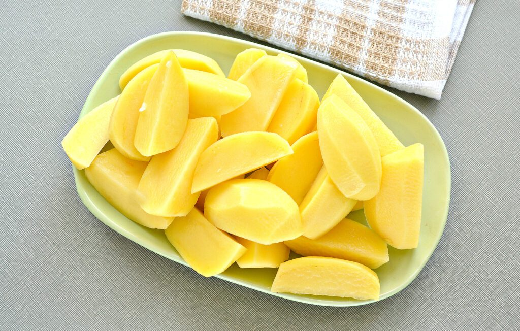 Фото рецепта - Курица кусочками, запеченная с картофелем в мультиварке - шаг 3