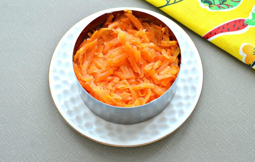 """Фото рецепта - Слоёный рыбный салат """"Шпроты под шубой"""" - шаг 4"""
