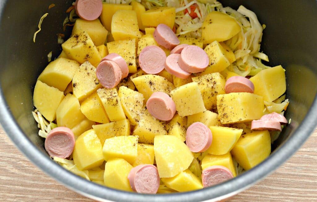 Фото рецепта - Капуста, тушёная в мультиварке с картошкой и сосисками - шаг 4