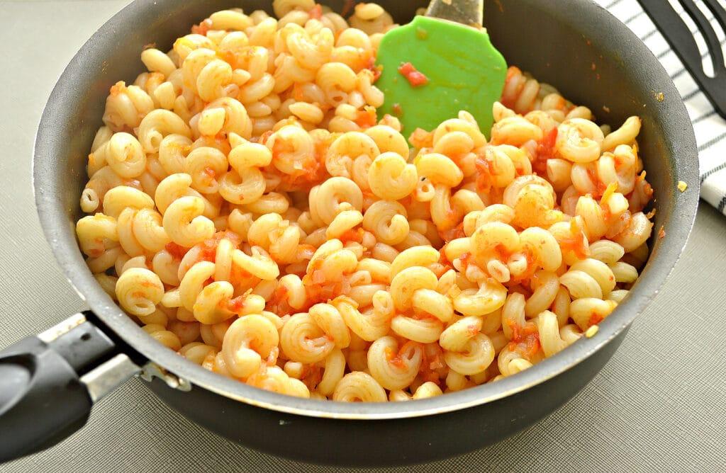 Фото рецепта - Макароны с помидорами и сыром на сковороде - шаг 4