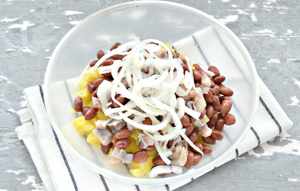 Фото рецепта - Салат с картофелем, фасолью и селедкой - шаг 4