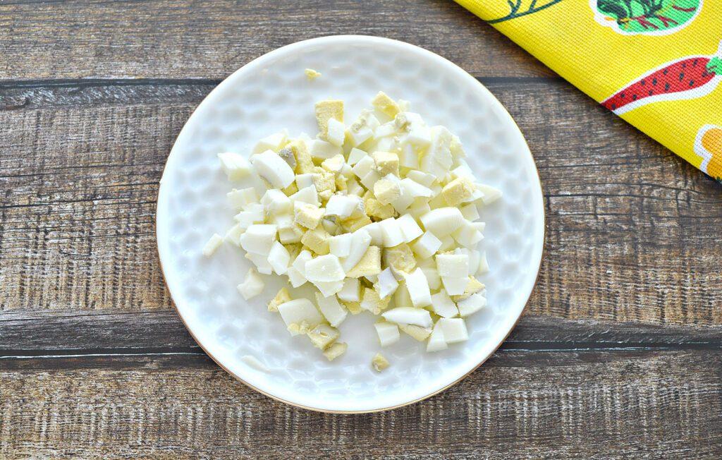 Фото рецепта - Салат с консервированным тунцом и свежим огурцом - шаг 4