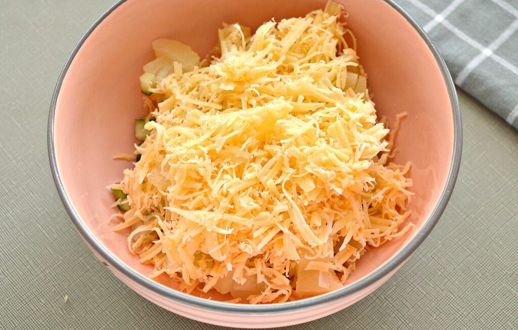 Фото рецепта - Салат с курицей, огурцом и ананасом - шаг 4