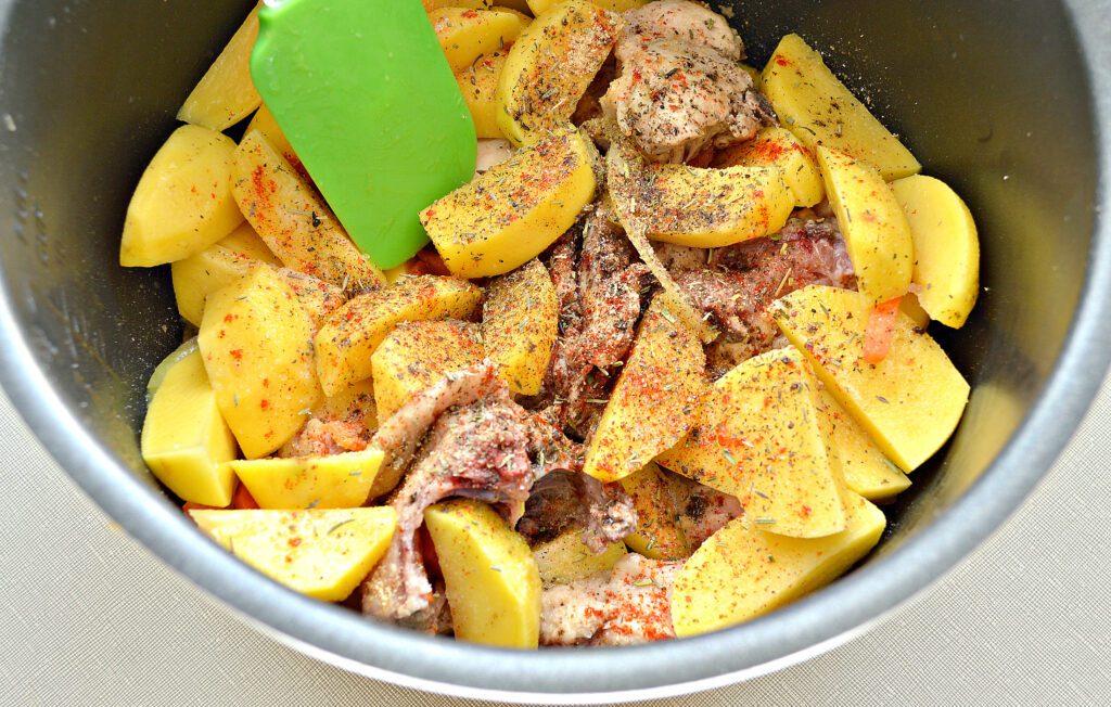 Фото рецепта - Курица кусочками, запеченная с картофелем в мультиварке - шаг 4