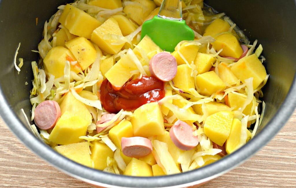 Фото рецепта - Капуста, тушёная в мультиварке с картошкой и сосисками - шаг 5