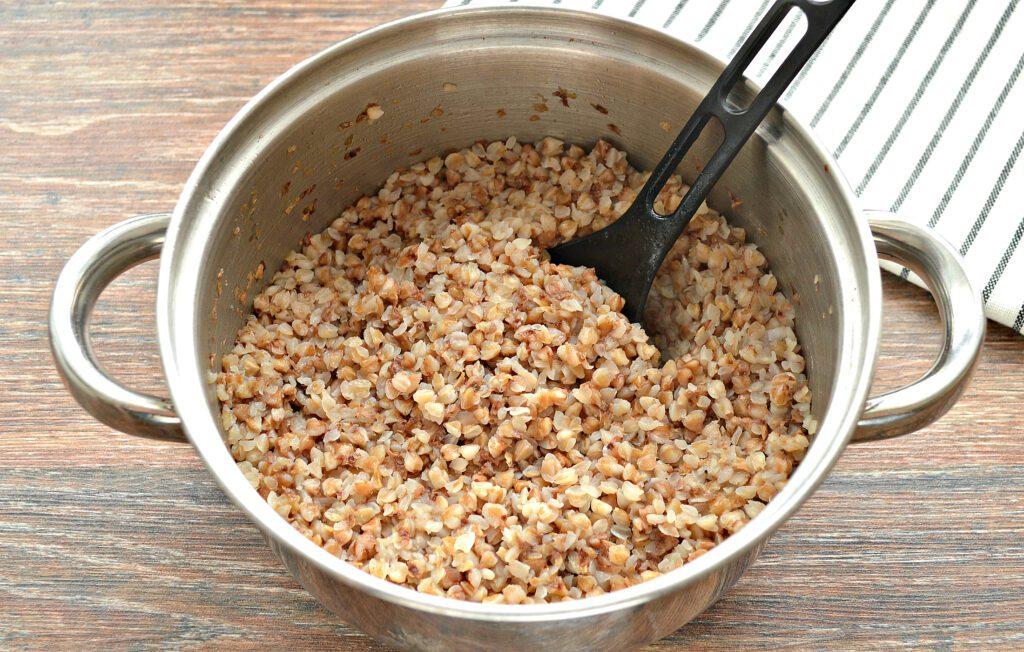 Фото рецепта - Гречневая каша на курином бульоне - шаг 5