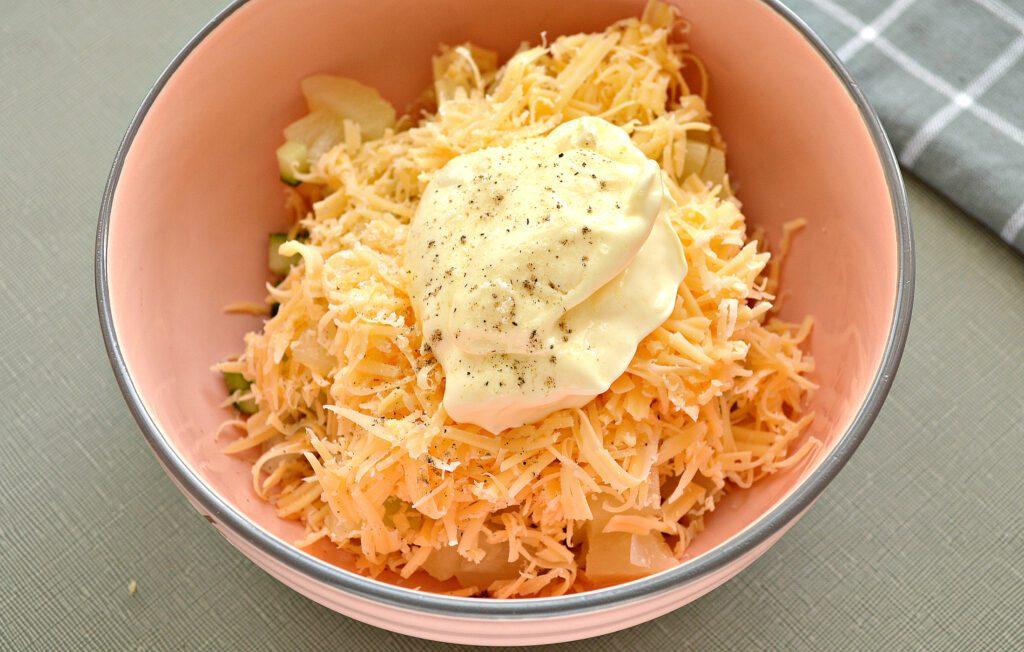 Фото рецепта - Салат с курицей, огурцом и ананасом - шаг 5