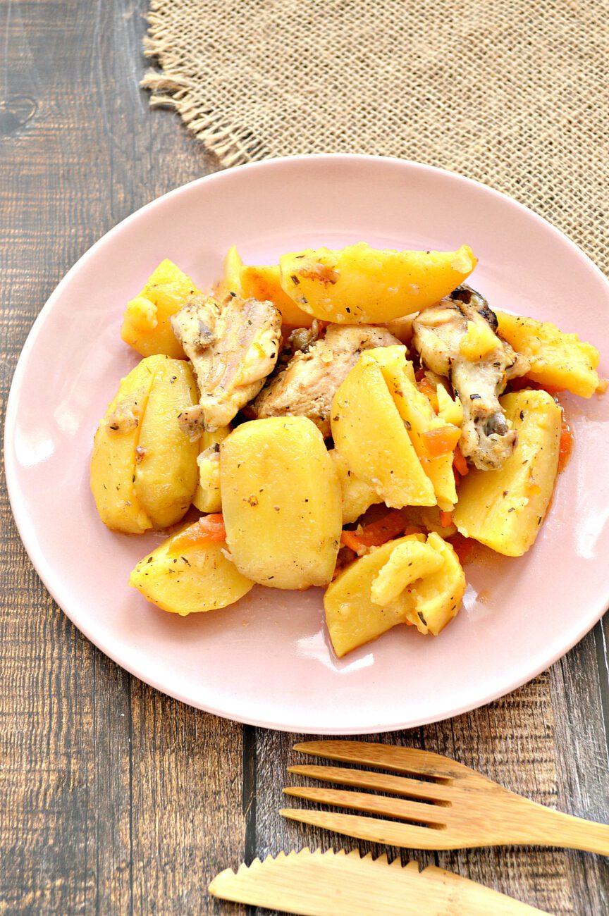 Курица кусочками, запеченная с картофелем в мультиварке