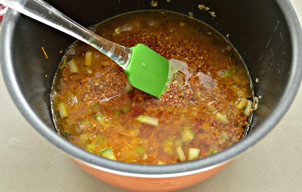 Фото рецепта - Гречневая каша с кабачками в мультиварке - шаг 6