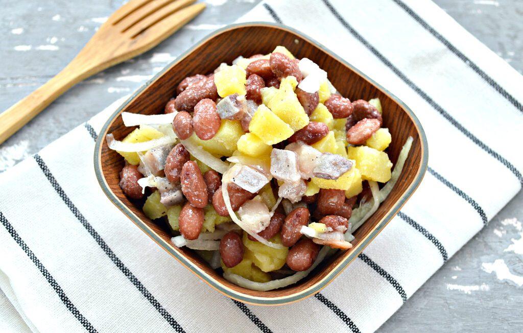 Фото рецепта - Салат с картофелем, фасолью и селедкой - шаг 6
