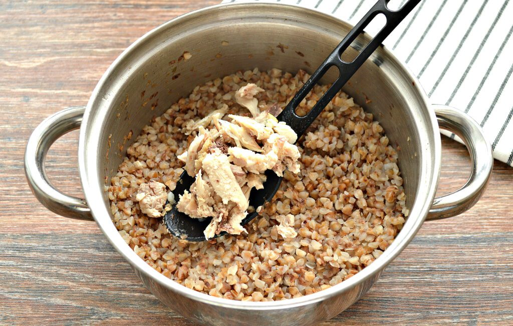Фото рецепта - Гречневая каша на курином бульоне - шаг 6