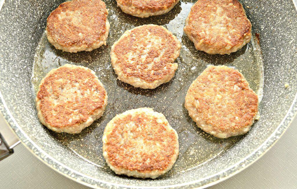 Фото рецепта - Мясные биточки с капустой - шаг 6