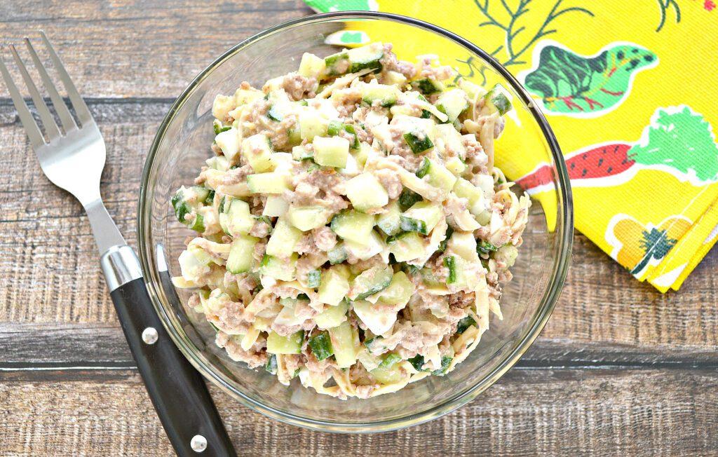 Фото рецепта - Салат с консервированным тунцом и свежим огурцом - шаг 6