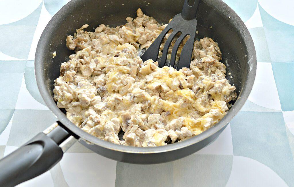 Фото рецепта - Блины, фаршированные курицей, шампиньонами и сыром - шаг 6