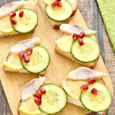 Бутерброды с сельдью, лимоном, огурцом - рецепт с фото