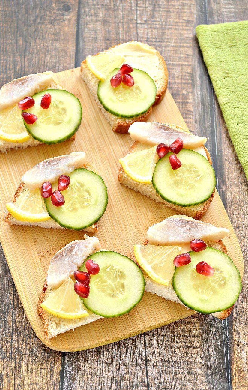 Бутерброды с сельдью, лимоном, огурцом