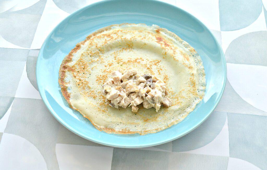 Фото рецепта - Блины, фаршированные курицей, шампиньонами и сыром - шаг 7