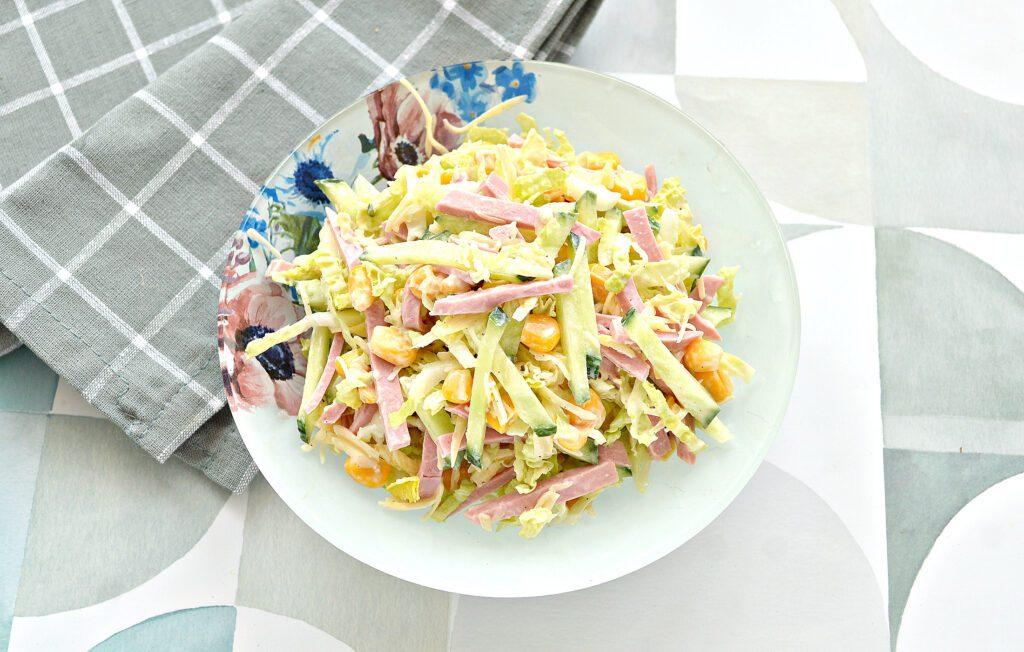 Фото рецепта - Салат с пекинской капустой, свежим огурцом и колбасой - шаг 7
