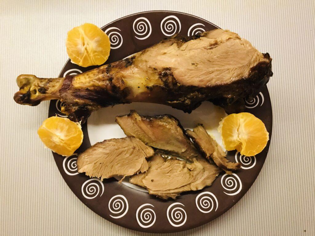 Фото рецепта - Голень индейки в мандариновом соку запечённая в духовке - шаг 5