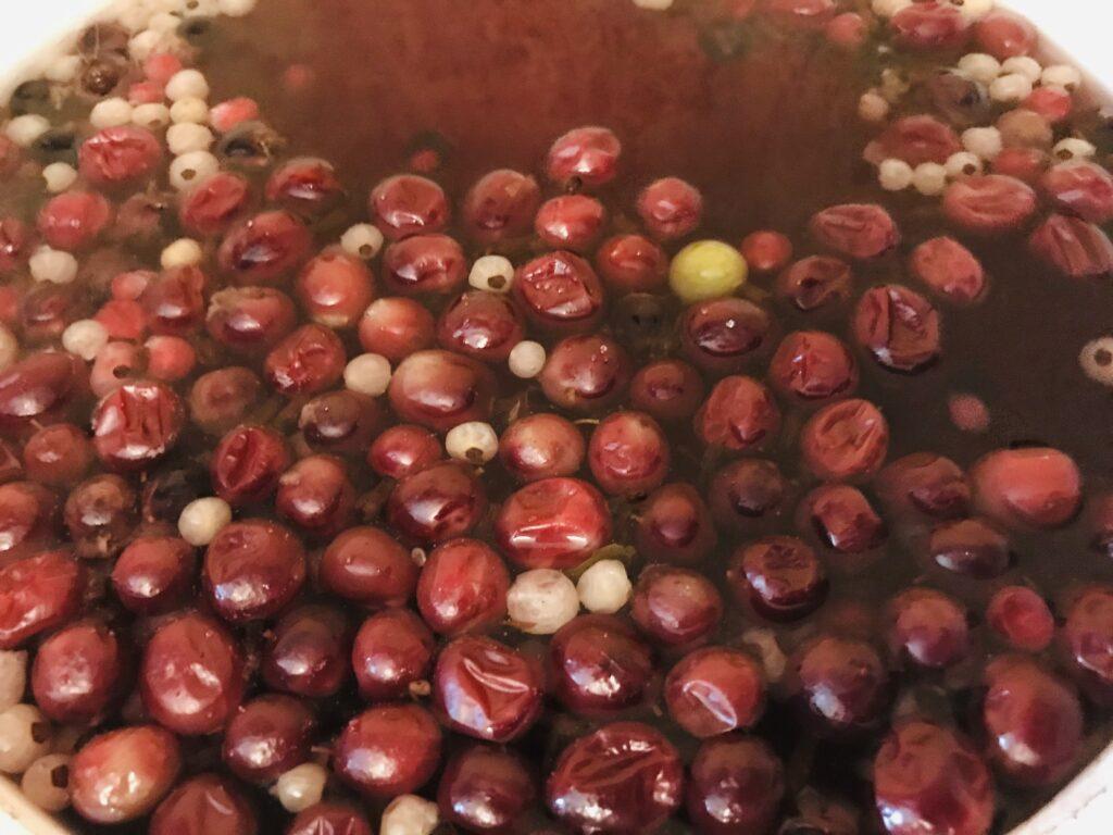 Фото рецепта - Компот из замороженных ягод и мандарина - шаг 4