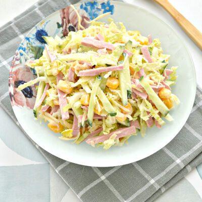 Салат с пекинской капустой, свежим огурцом и колбасой - рецепт с фото