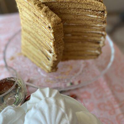 """Слоеный торт """"Медовик"""" - рецепт с фото"""