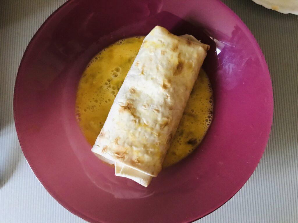 Фото рецепта - Горячий куриный ролл обжаренный в яйце - шаг 9