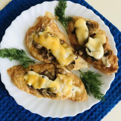 Куриные отбивные под шубой из шампиньонов и сыра - рецепт с фото