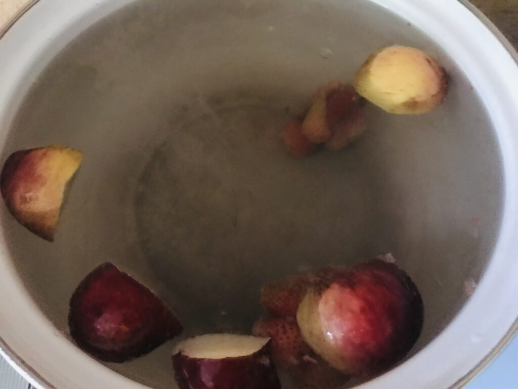 Фото рецепта - Компот из замороженного ассорти смородины и клубники - шаг 2