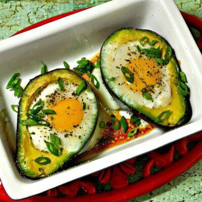 Запеченные яйца в авокадо - рецепт с фото