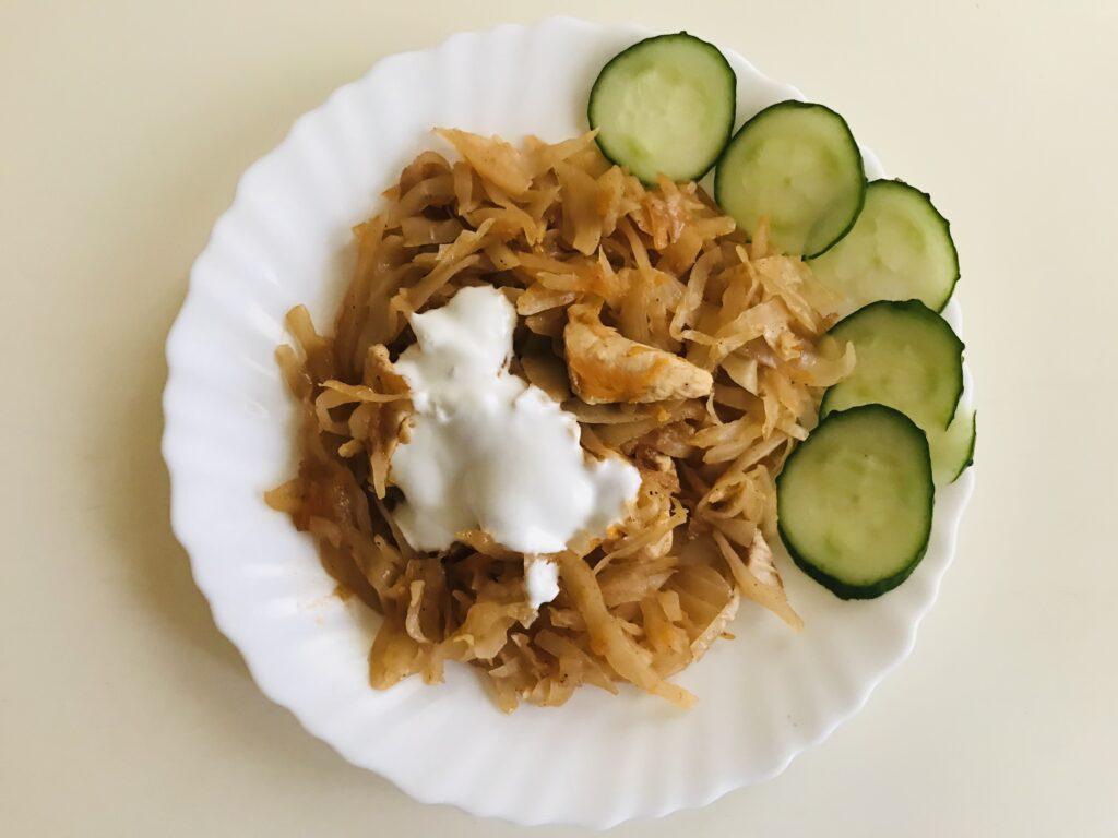 Фото рецепта - Тушеная  капуста с кусочками куриного филе без масла - шаг 6
