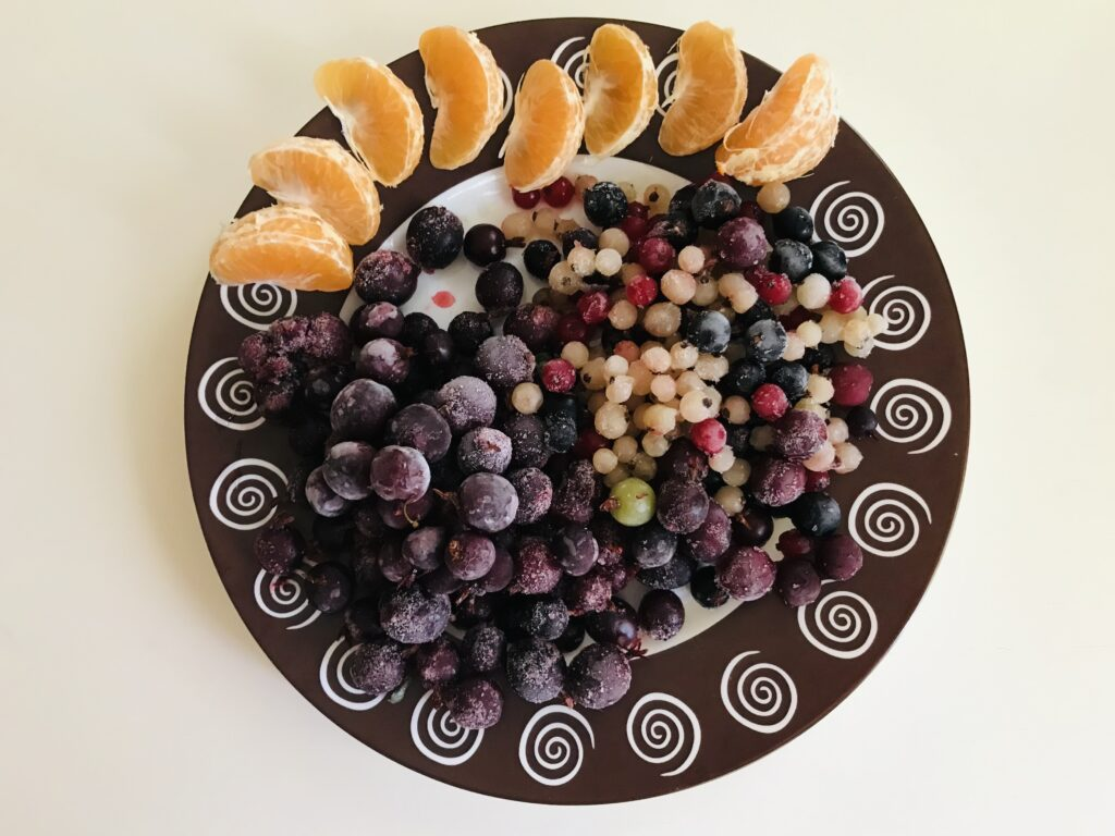 Фото рецепта - Компот из замороженных ягод и мандарина - шаг 1