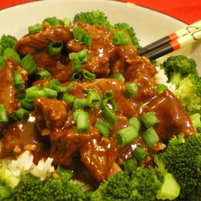 Говядина с подливой на сковороде - рецепт с фото