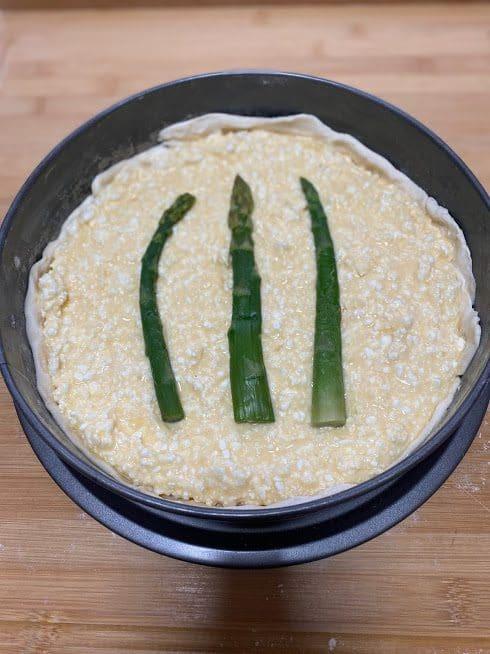 Фото рецепта - Пирог из сыра и спаржи - шаг 9