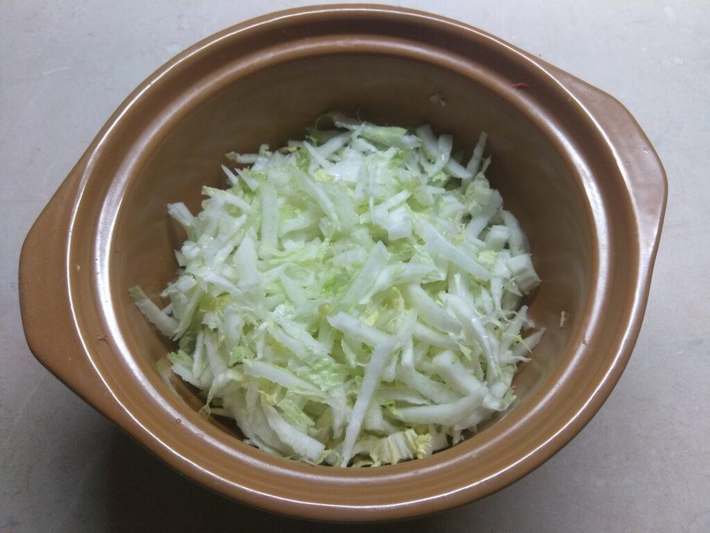 Фото рецепта - Салат из капусты с морковью, дайконом и яблоком - шаг 1