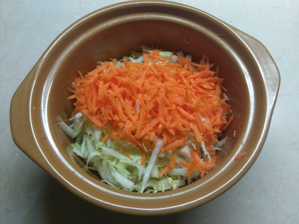 Фото рецепта - Салат из капусты с морковью, дайконом и яблоком - шаг 2
