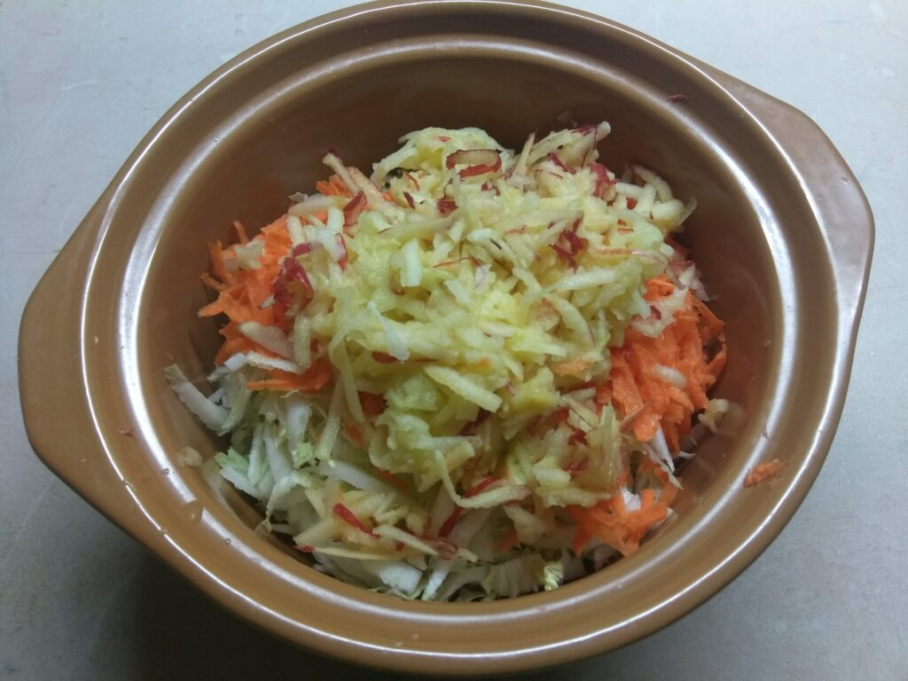 Фото рецепта - Салат из капусты с морковью, дайконом и яблоком - шаг 3