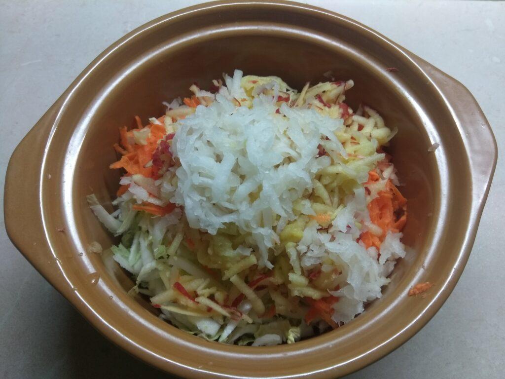 Фото рецепта - Салат из капусты с морковью, дайконом и яблоком - шаг 4